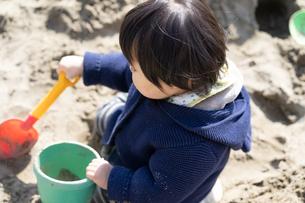 砂場で遊ぶ子供の写真素材 [FYI04689059]