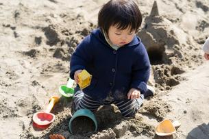 砂場で遊ぶ子供の写真素材 [FYI04689060]