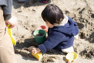 砂場で遊ぶ子供の写真素材 [FYI04689062]