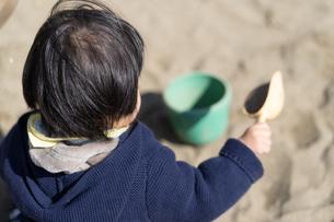 砂場で遊ぶ子供の写真素材 [FYI04689063]
