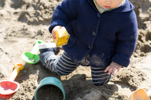 砂場で遊ぶ子供の写真素材 [FYI04689064]