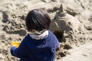 砂場で遊ぶ子供の写真素材 [FYI04689065]