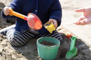 砂場で遊ぶ子供の写真素材 [FYI04689068]