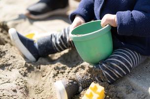 砂場で遊ぶ子供の写真素材 [FYI04689073]