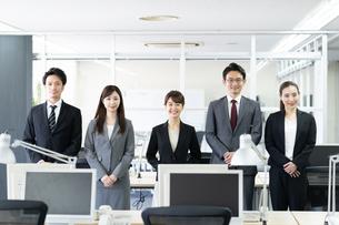 日本人ビジネスマンとビジネスウーマンの写真素材 [FYI04689099]