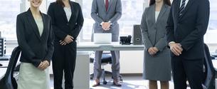 日本人ビジネスマンとビジネスウーマンの写真素材 [FYI04689100]