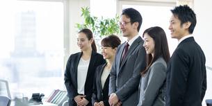 日本人ビジネスマンとビジネスウーマンの写真素材 [FYI04689101]