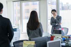 日本人ビジネスマンとビジネスウーマンの写真素材 [FYI04689117]