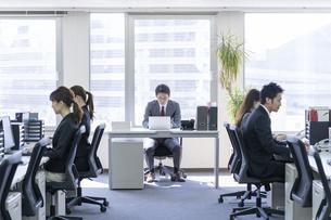 日本人ビジネスマンとビジネスウーマンの写真素材 [FYI04689119]
