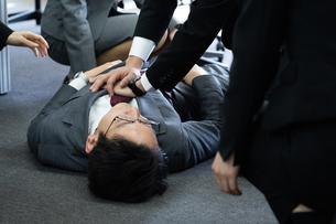 急病のビジネスマンの写真素材 [FYI04689251]