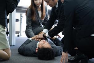 急病のビジネスマンの写真素材 [FYI04689253]