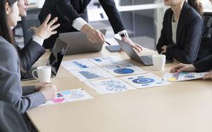 日本人ビジネスマンとビジネスウーマンの写真素材 [FYI04689344]