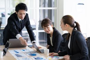 日本人ビジネスマンとビジネスウーマンの写真素材 [FYI04689348]