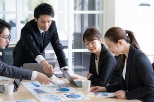 日本人ビジネスマンとビジネスウーマンの写真素材 [FYI04689349]