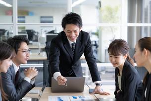 日本人ビジネスマンとビジネスウーマンの写真素材 [FYI04689350]