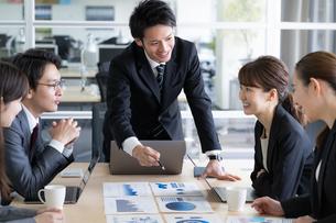 日本人ビジネスマンとビジネスウーマンの写真素材 [FYI04689351]