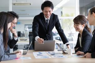 日本人ビジネスマンとビジネスウーマンの写真素材 [FYI04689354]