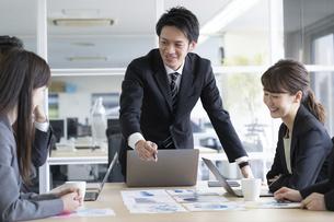 日本人ビジネスマンとビジネスウーマンの写真素材 [FYI04689356]