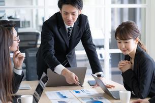 日本人ビジネスマンとビジネスウーマンの写真素材 [FYI04689359]