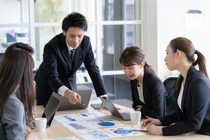 日本人ビジネスマンとビジネスウーマンの写真素材 [FYI04689361]