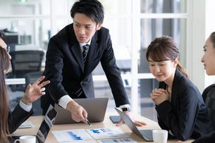 日本人ビジネスマンとビジネスウーマンの写真素材 [FYI04689362]