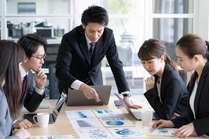 日本人ビジネスマンとビジネスウーマンの写真素材 [FYI04689363]