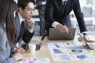 日本人ビジネスマンとビジネスウーマンの写真素材 [FYI04689364]