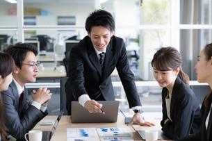 日本人ビジネスマンとビジネスウーマンの写真素材 [FYI04689365]