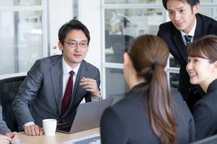 日本人ビジネスマンとビジネスウーマンの写真素材 [FYI04689368]