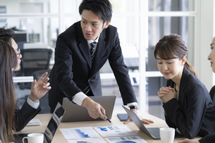 日本人ビジネスマンとビジネスウーマンの写真素材 [FYI04689369]