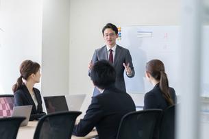日本人ビジネスマンとビジネスウーマンの写真素材 [FYI04689370]