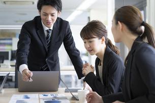 日本人ビジネスマンとビジネスウーマンの写真素材 [FYI04689372]