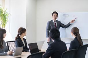 日本人ビジネスマンとビジネスウーマンの写真素材 [FYI04689374]