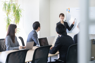 日本人ビジネスマンとビジネスウーマンの写真素材 [FYI04689375]