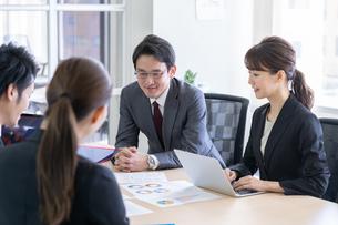 日本人ビジネスマンとビジネスウーマンの写真素材 [FYI04689377]