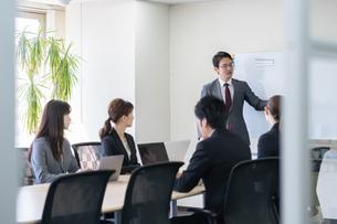日本人ビジネスマンとビジネスウーマンの写真素材 [FYI04689379]