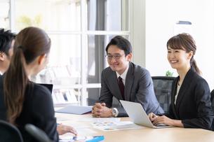 日本人ビジネスマンとビジネスウーマンの写真素材 [FYI04689381]