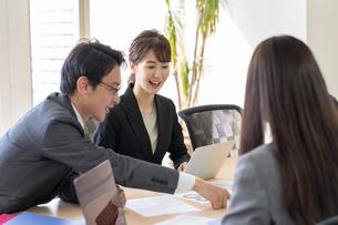 日本人ビジネスマンとビジネスウーマンの写真素材 [FYI04689382]
