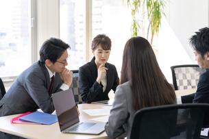 日本人ビジネスマンとビジネスウーマンの写真素材 [FYI04689383]