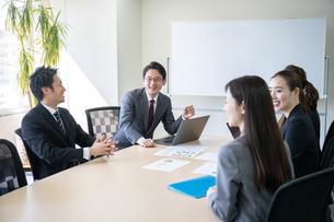 日本人ビジネスマンとビジネスウーマンの写真素材 [FYI04689384]