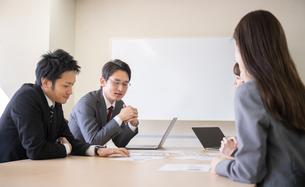 日本人ビジネスマンとビジネスウーマンの写真素材 [FYI04689385]
