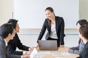 日本人ビジネスマンとビジネスウーマンの写真素材 [FYI04689386]