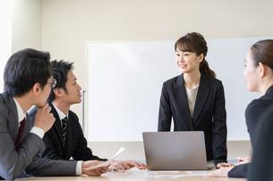日本人ビジネスマンとビジネスウーマンの写真素材 [FYI04689387]