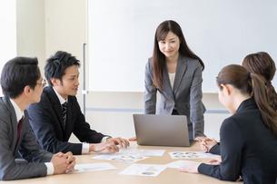 日本人ビジネスマンとビジネスウーマンの写真素材 [FYI04689388]
