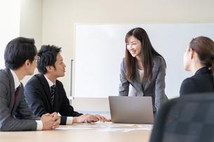 日本人ビジネスマンとビジネスウーマンの写真素材 [FYI04689389]