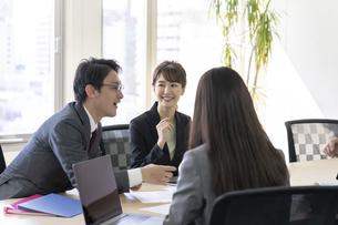 日本人ビジネスマンとビジネスウーマンの写真素材 [FYI04689390]