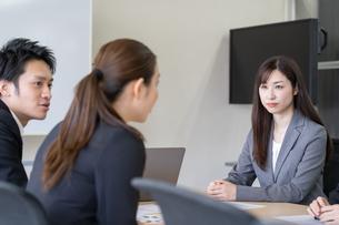 日本人ビジネスマンとビジネスウーマンの写真素材 [FYI04689391]