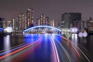 永代橋と船の光跡の夜景の写真素材 [FYI04689393]