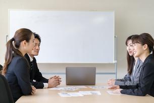 日本人ビジネスマンとビジネスウーマンの写真素材 [FYI04689394]