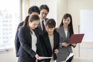 日本人ビジネスマンとビジネスウーマンの写真素材 [FYI04689397]